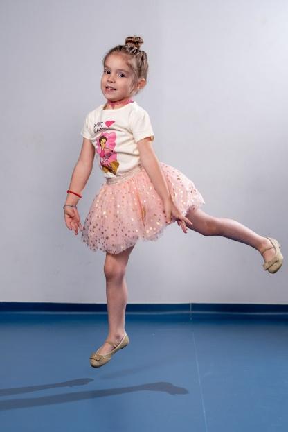 Dečije majice balerina, devojčica skače u baletskoj majici.