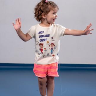 Majice za devojčice moj omiljeni sport, devojčica širi ruke u sportskoj sali dok nosi sportanac majicu.