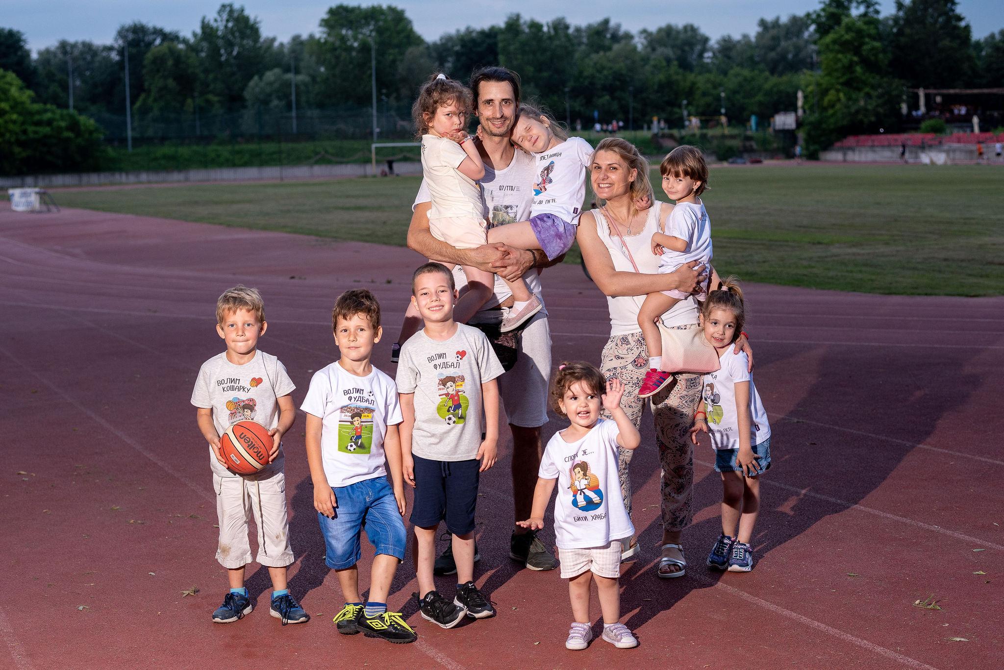 Sport za decu, deca na igralištu uživaju u igri sa roditeljima