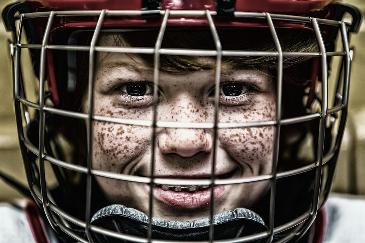 Dečak hokejaš sa kacigom
