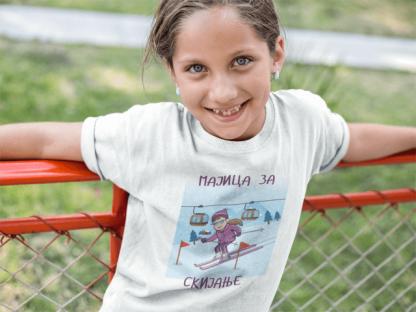 Majice za devojčice skijanje. Slatka mala devojčica nosi sportanac majicu za skijanje. Originalne sportanac majice sa sportskim ilustracijama