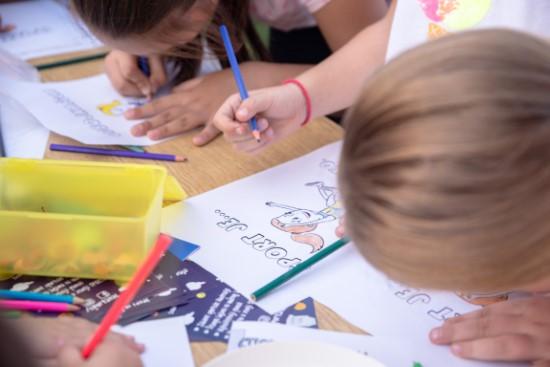 Kreativne aktivnosti dece bojanje sportskih ilustracija sportanac